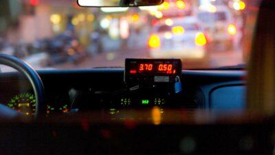 Olvidan a niño en taxi y es descubierto por pasajero