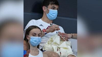 Tom Daley, campeón olímpico en clavados, se pone a tejer en Tokio 2020