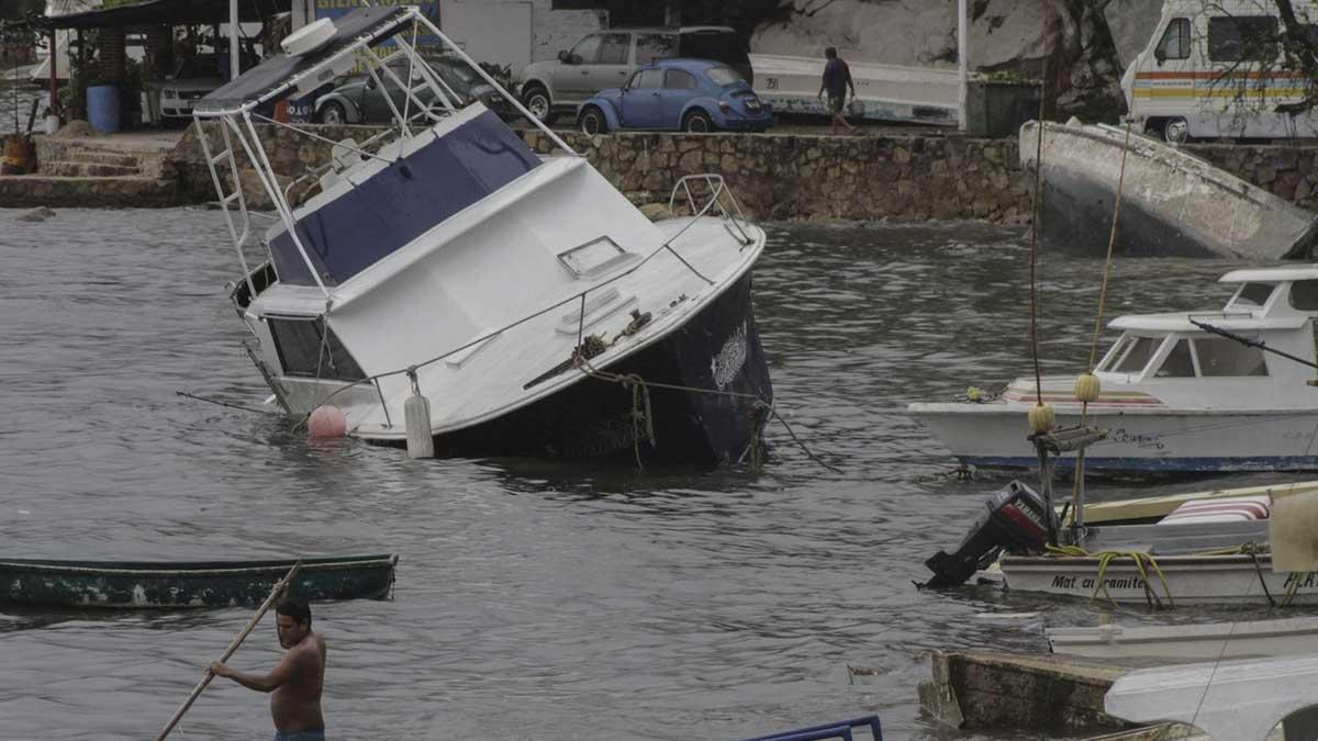 En Acapulco, un yate turístico es captado al momento de hundirse