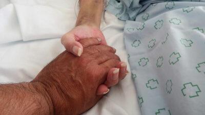 Emotiva despedida de abuelitos antes de morir