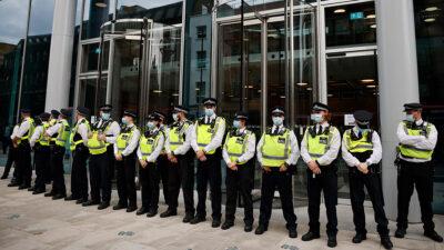 Londres: antivacunas se enfrentan contra policías por vacunación contra COVID