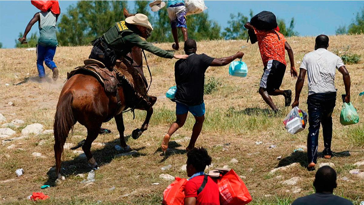 """Agentes a caballo """"cazan"""" a haitianos; es """"horrible"""": Casa Blanca"""