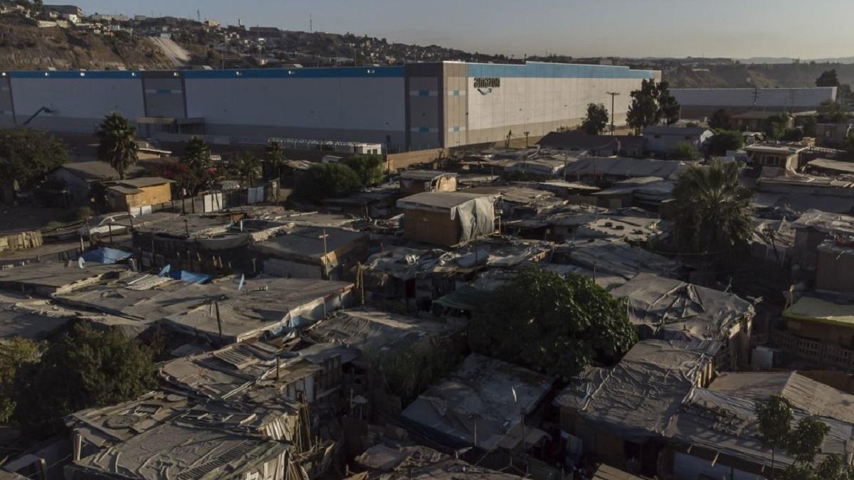 """Amazon instala nueva planta en """"cartolandia""""; así es la zona marginada de México"""
