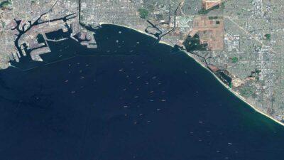 Decenas de barcos atascados en EU: así se ven desde espacio