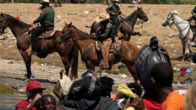 "Biden califica de ""escándalosa"" represión de guardias fronterizos contra migrantes haitianos"