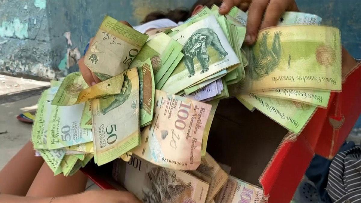 Niños juegan con billetes en Venezuela por su pérdida de valor