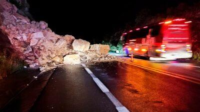 Puebla: cerro se desgaja en carretera a Oaxaca