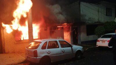 CDMX: policías de la SSC rescatan a dos personas de una casa en llamas