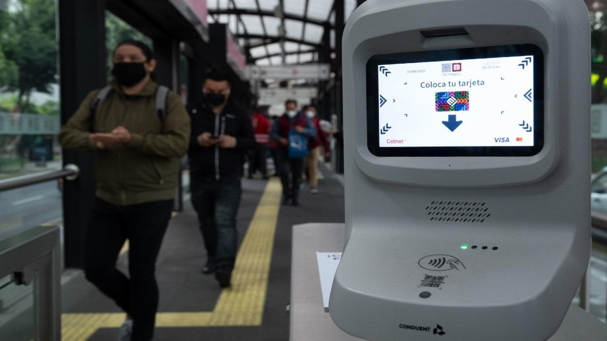 ¿Sin cambio? Paga Metrobús con tarjeta bancaria, CoDi, celular y relojes inteligentes