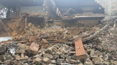 CDMX: Se desgaja cerro sobre albergue para perros en Xochimilco