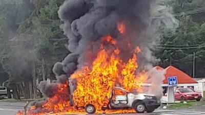 CNTE: maestros queman camiones y bloquean carreteras en Michoacán