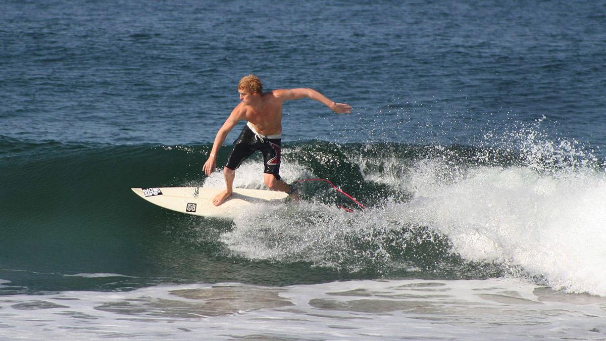 Tiburón acecha a joven en torneo de surf
