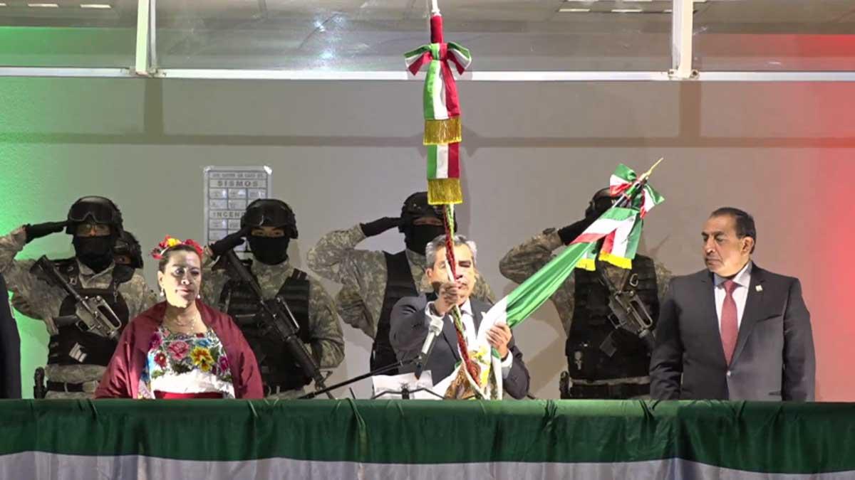 Alcalde de Cuautitlán Izcalli rompe cordón de campana en pleno Grito