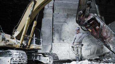 Operador de excavadora destruye camiones por falta de paga