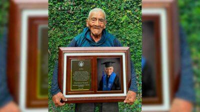 Puebla: Don Felipe, ingeniero a los 84 años recibe fotos de graduación