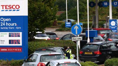 En Reino Unido hay largas filas por desabasto de gasolina