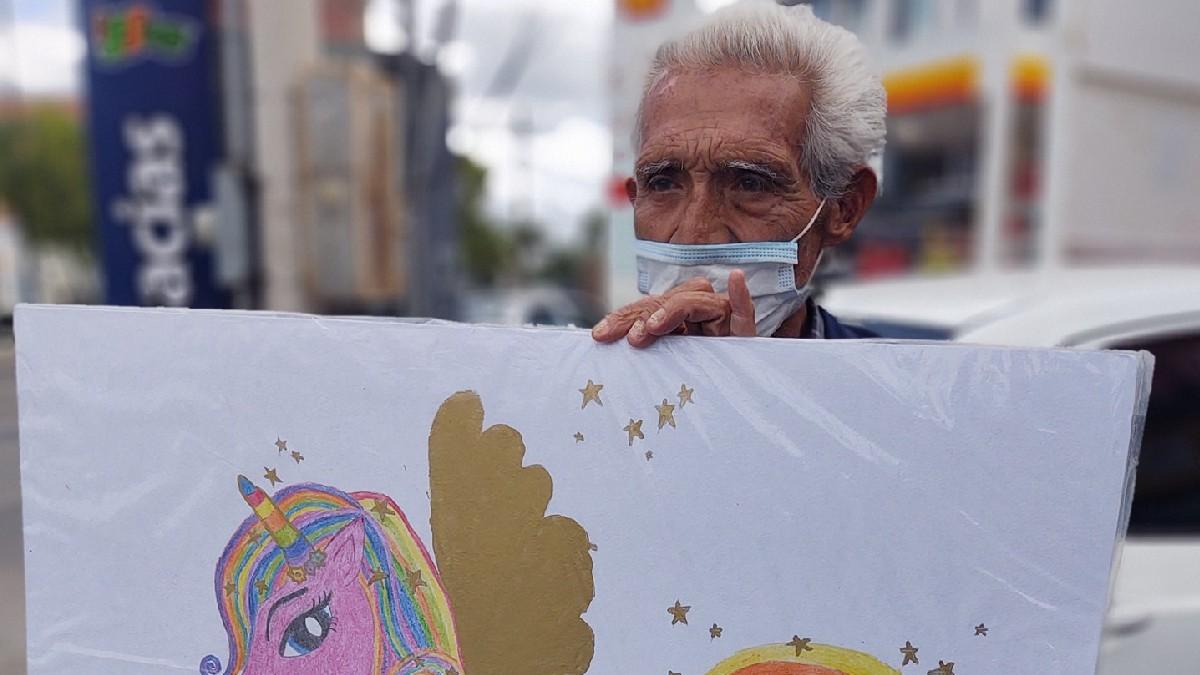 Guanajuato: Mario Arnulfo, vende dibujos para ayudar a sus nietas en León