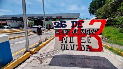 En Guerrero toman casetas, tras 7 años de los 43 normalistas