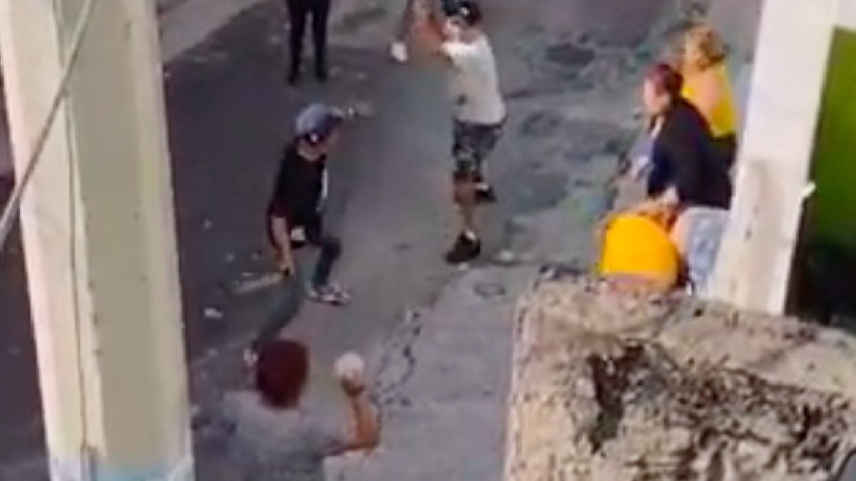 Jalisco: Captan pelea con piedras y tubos entre vecinos de Guadalajara