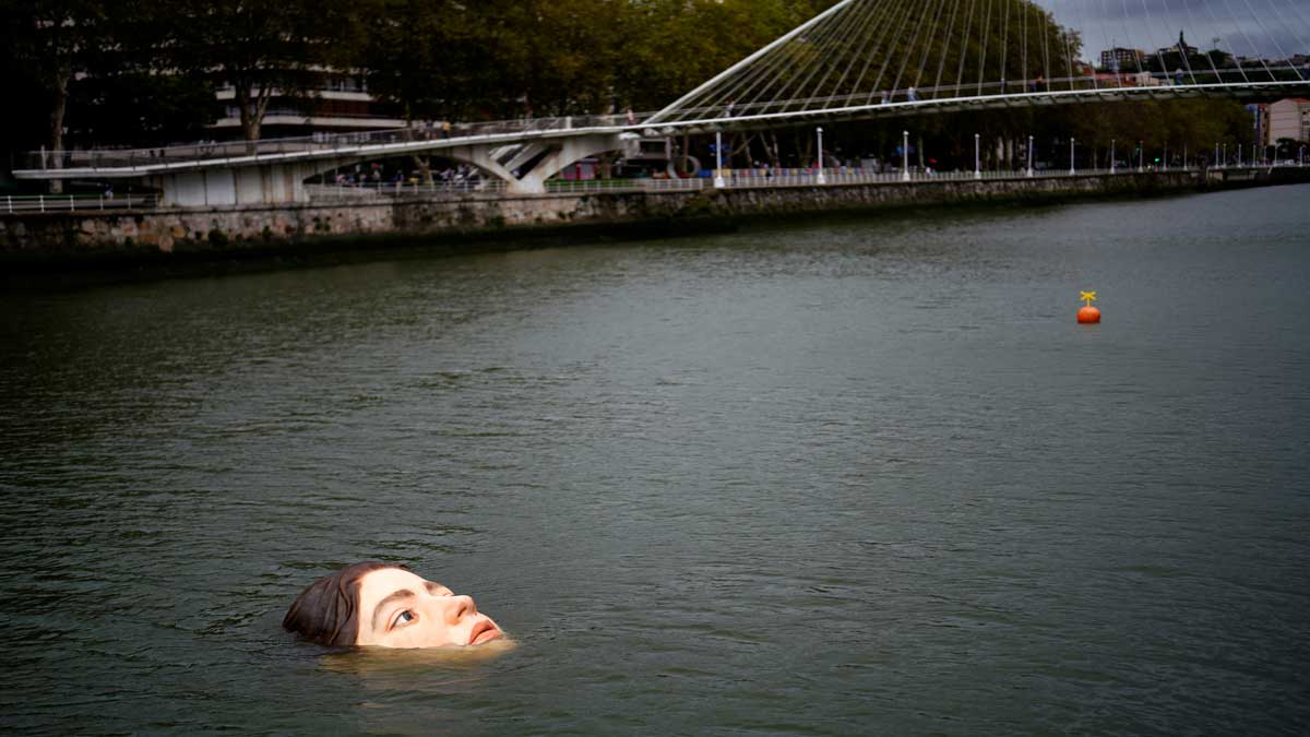 Estatua de joven que se ahoga crea polémica entre los habitantes de Bilbao, España