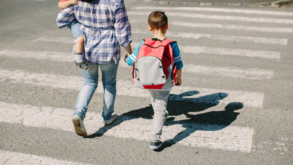 Madre de familia es negada a ingresar a una escuela por usar blusa escotada