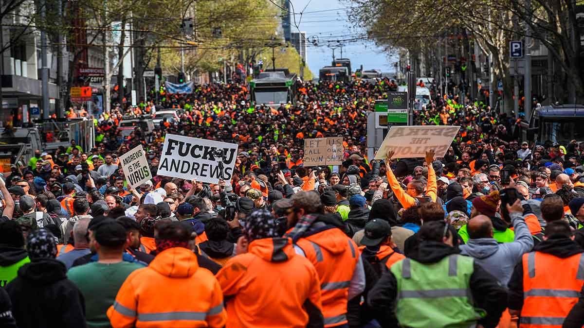 Manifestantes se enfrentan a la Policía de Melbourne en protesta por la vacunación obligatoria