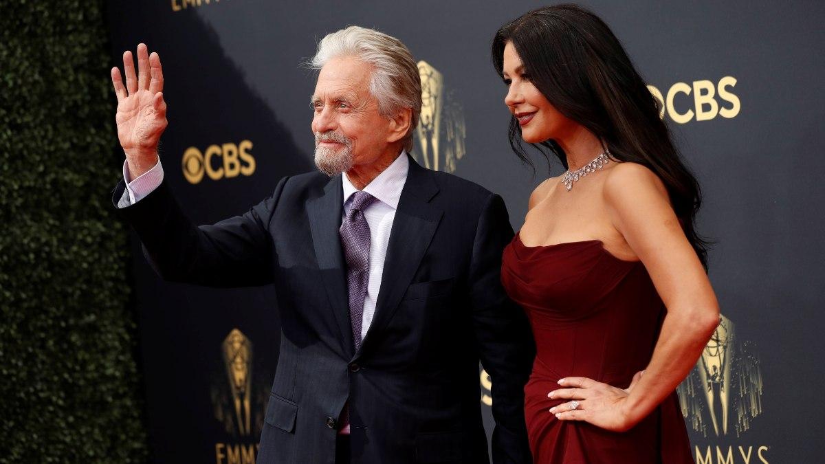 Las principales estrellas se han reunido cara a cara por primera vez en dos años en los Emmys 2021este domingo, ve los mejores looks.