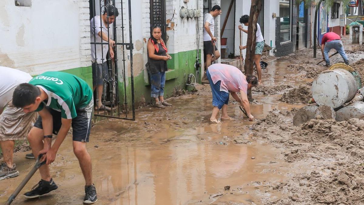 Jalisco: Gobernador Alfaro visita zonas afectadas por el huracán Nora
