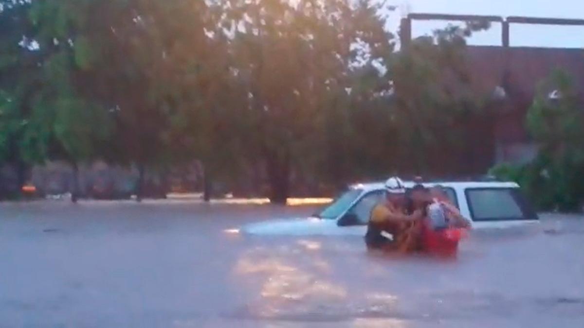 Sinaloa: Así salvaron a hombre varado en su auto por lluvia