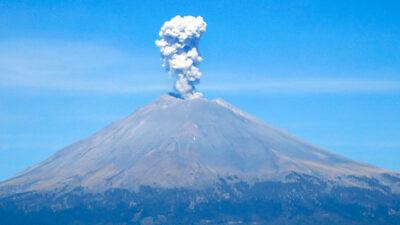 Popocatépetl: hombre sube a cima y se graba junto al cráter
