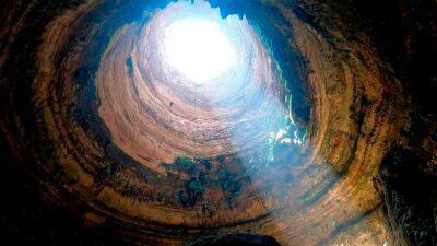 """En el desierto de la provincia de Al Mahra el """"pozo del infierno"""" tiene 30 metros de ancho. Foto: AFP"""