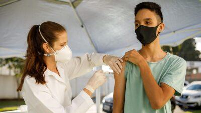 Reino Unido aprueba vacunar a niños, entre 12 y 15 años, contra COVID-19