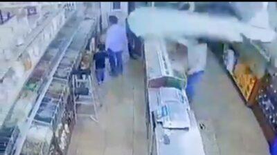Tijuana: Captan asesinato de hombre que iba de la mano con su hijo