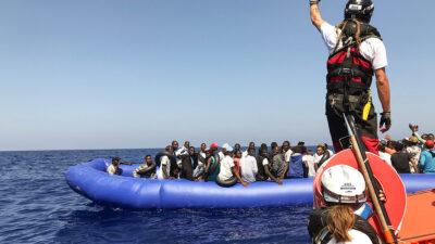 En Italia rescatan a más de 300 migrantes; venían de Libia