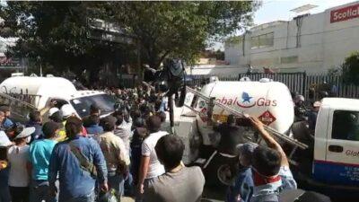 Gaseros y policías de CDMX se enfrentan; hubo golpes y aventones