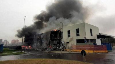 Choca avión turístico contra edificio y deja ocho muertos en Milán