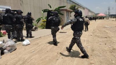 Internos reciben a disparos a policías en cárcel de Ecuador