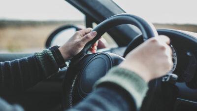 Automovilista atropella a ladrones y evita robo
