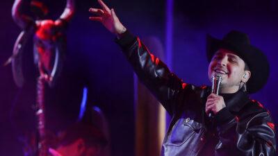 Christian Nodal detiene concierto para defender a una fan