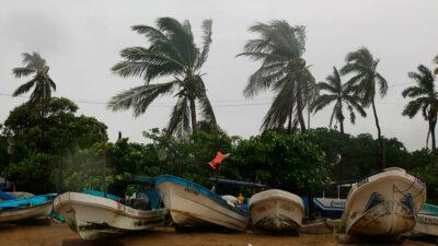 Huracán Rick causa lluvias, alto oleaje y fuertes vientos
