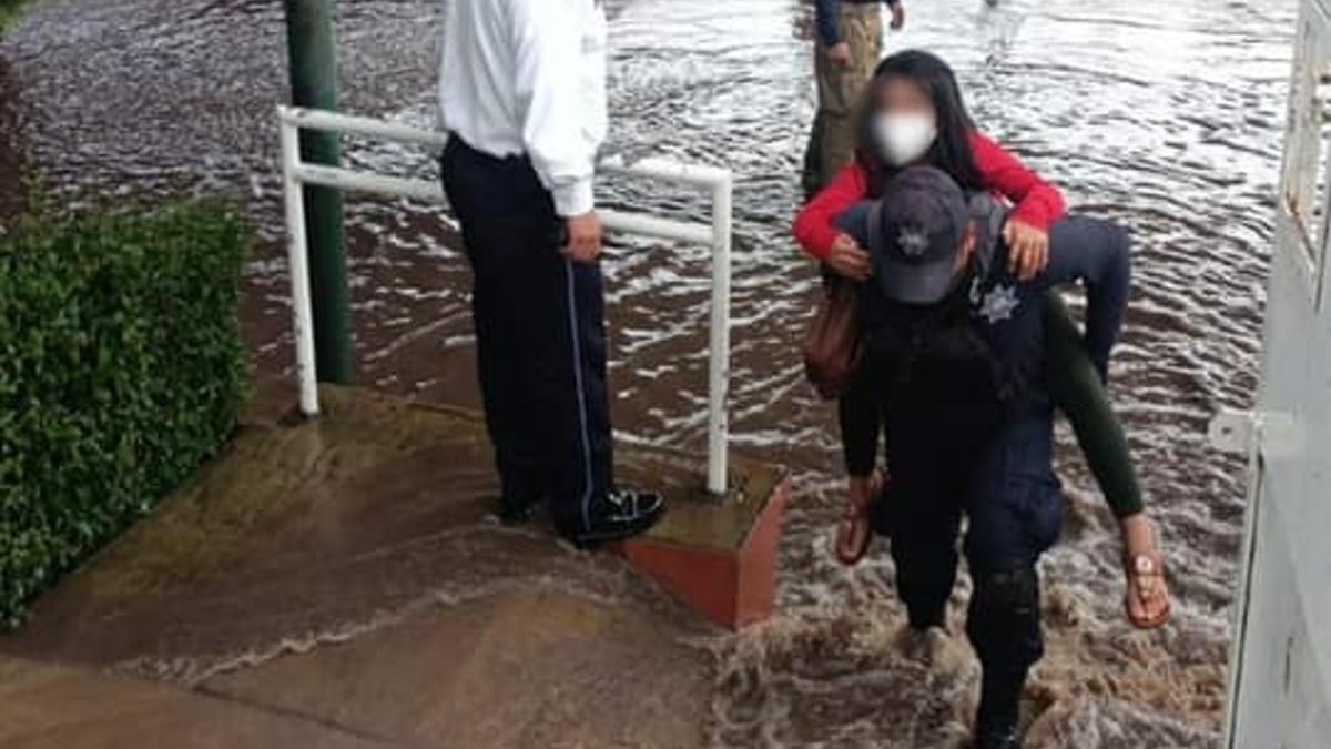 Michoacán: Rescatan a niños atrapados en escuela inundada en Morelia