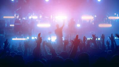 Músico noquea con cabezazo a fanático arriba del escenario