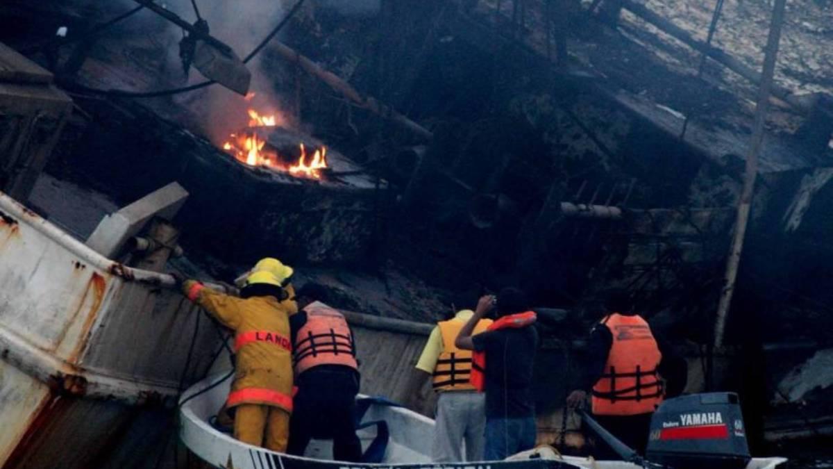 ¡Tragedia en el paraíso! Se incendia yate en Isla Mujeres y Marina salva a 10