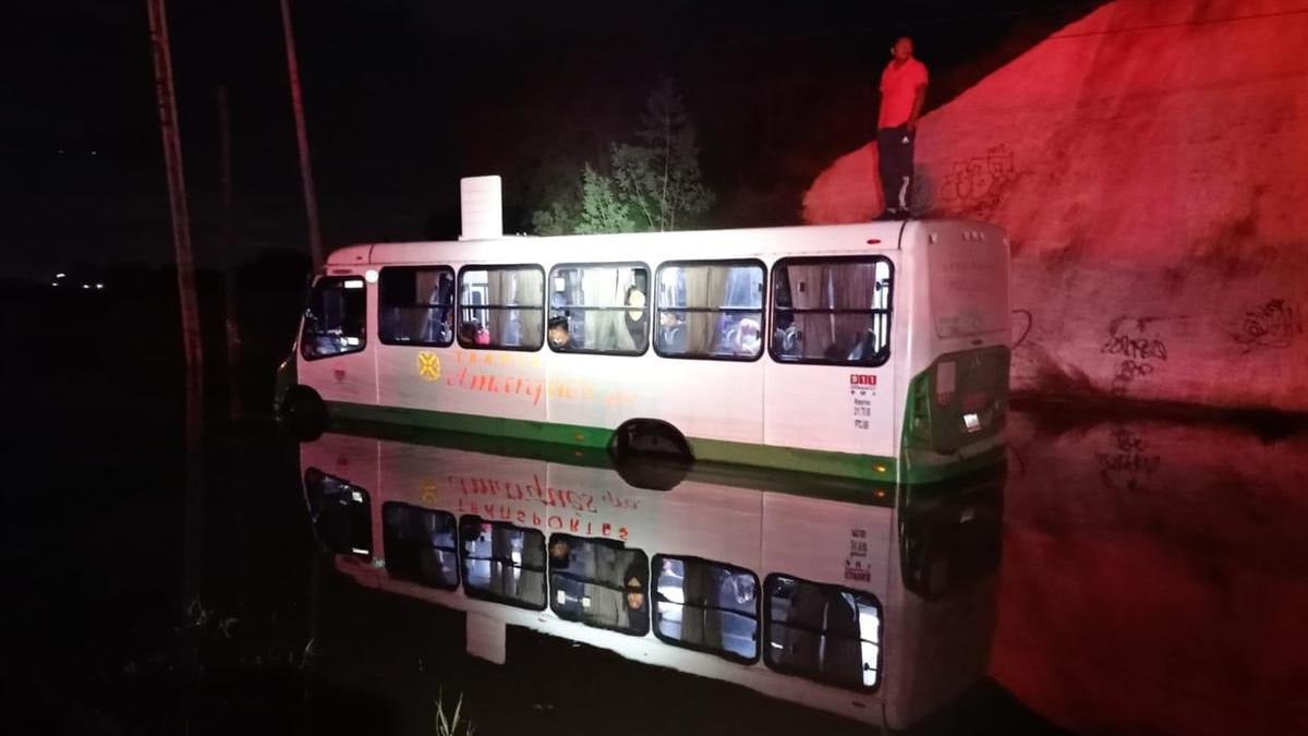 Querétaro: Rescatan a 29 pasajeros de camión varado en El Marqués