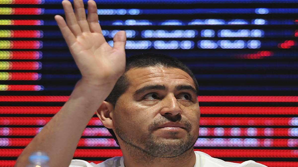 Juan Román Riquelme tiene un gran gesto con un aficionado en silla de ruedas
