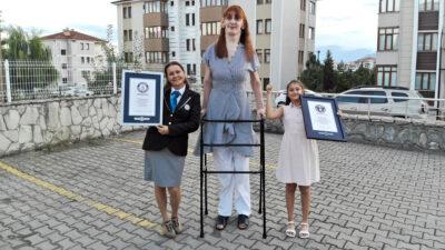 La mujer más alta del mundo tiene 24 años y vive en Turquía