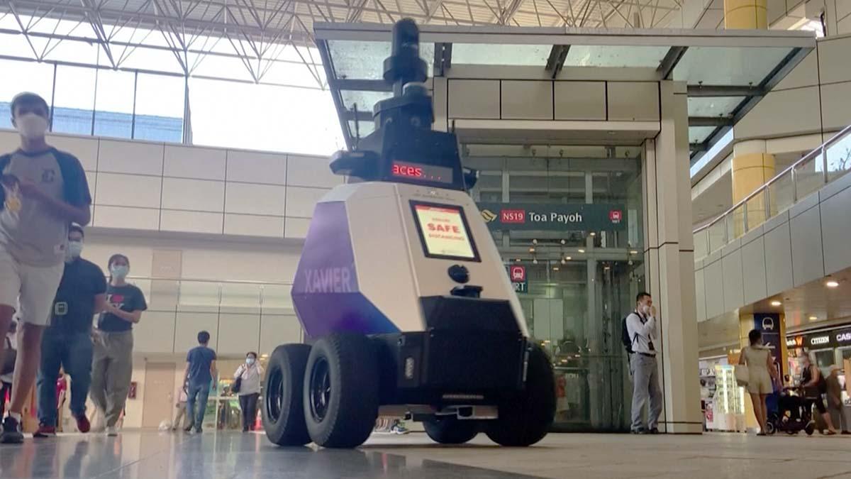 Robot policía patrulla las calles de Singapur y corrige a la gente