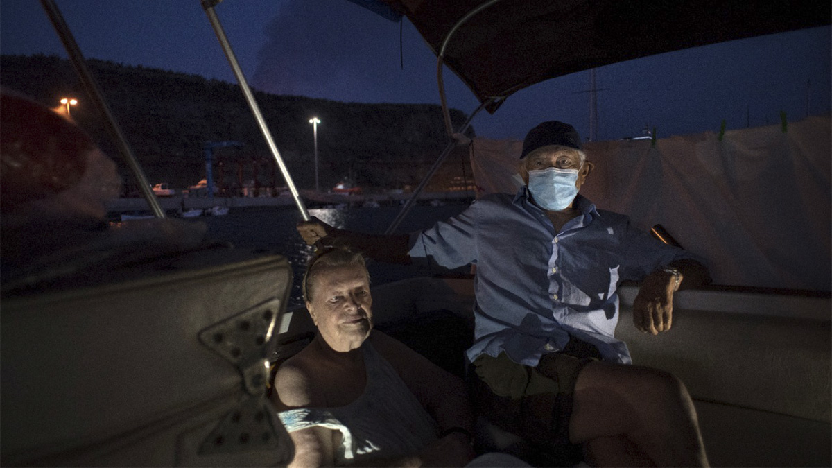Por erupción de volcán Cumbre Vieja, matrimonio de ancianos sobrevive en lancha