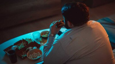 Comer frente a la televisión pone en riesgo la salud: expertos